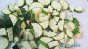 Zucchine a pezzetti per la preparazione di farfalle speck, zucchine e zucca.