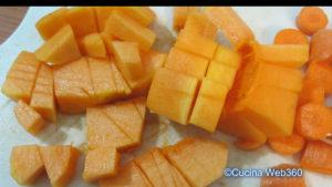 Zucca a pezzetti per la preparazione di farfalle speck, zucchine e zucca.