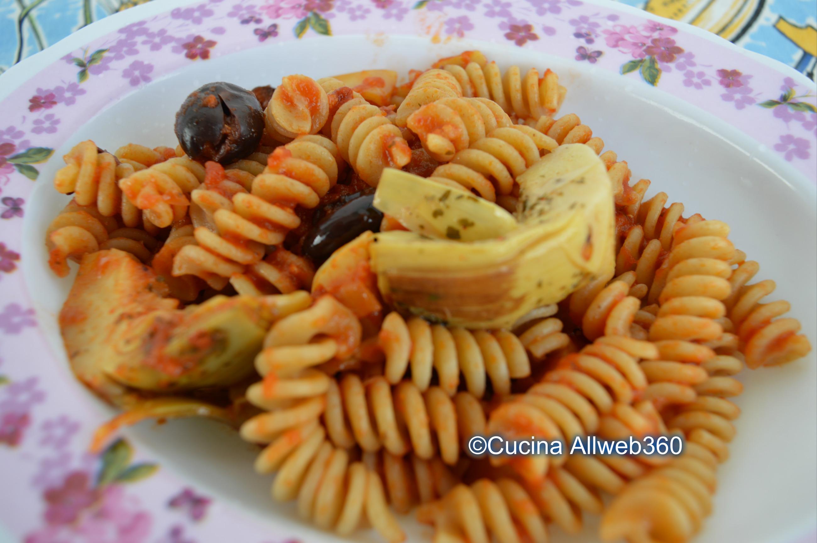 Pasta con carciofi e olive, al pomodoro
