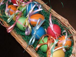 Realizzate un centrotavola con le uova decorate e abbellitelo con della paglia o dell'erba finta. (foto: idolcidiale.blogspot.com)