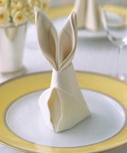 Realizzate dei tovaglioli a forma di coniglio, l'animale simbolo della Pasqua (foto: blogmamma.it)