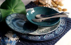Piatti e sottopiatti colorati (in porcellana) per il pranzo di Pasqua (foto: amazon.it)