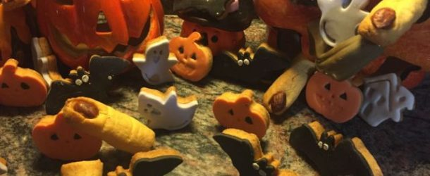 Biscotti di Halloween decorati con pasta di zucchero