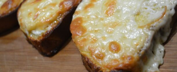 Pane con uovo e scamorza